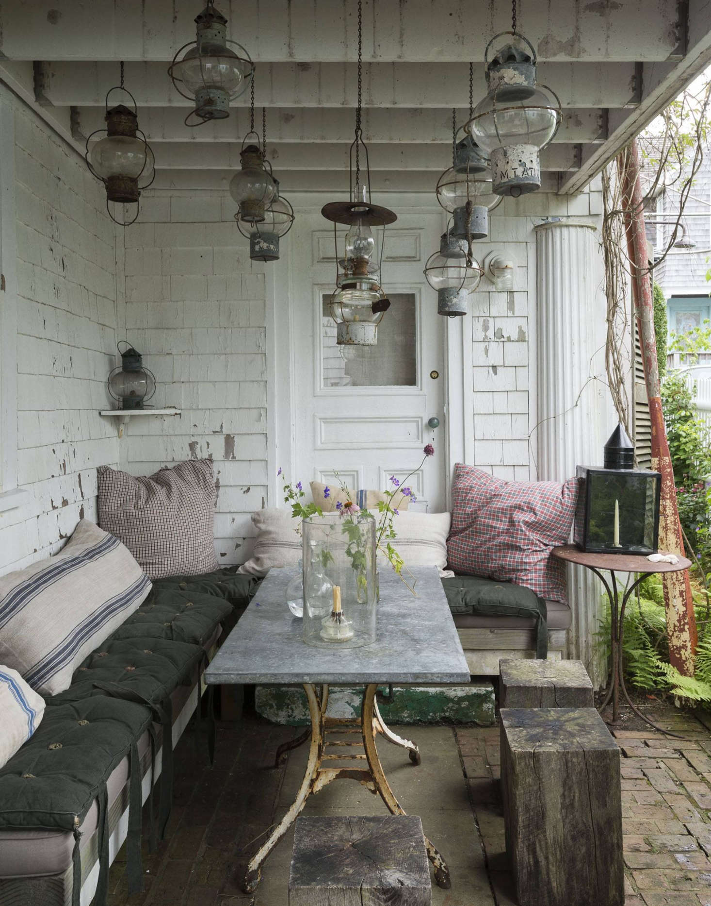 10 easy pieces patio pavers gardenista for Cape cod stone and gravel