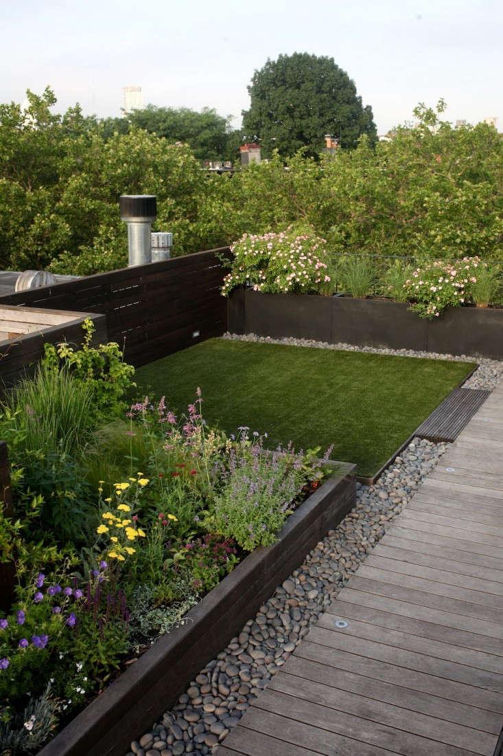 在布鲁克林举办的设计师设计的花园里,设计师设计了一个美丽的花园,设计了一个穿着时装设计的时装设计师