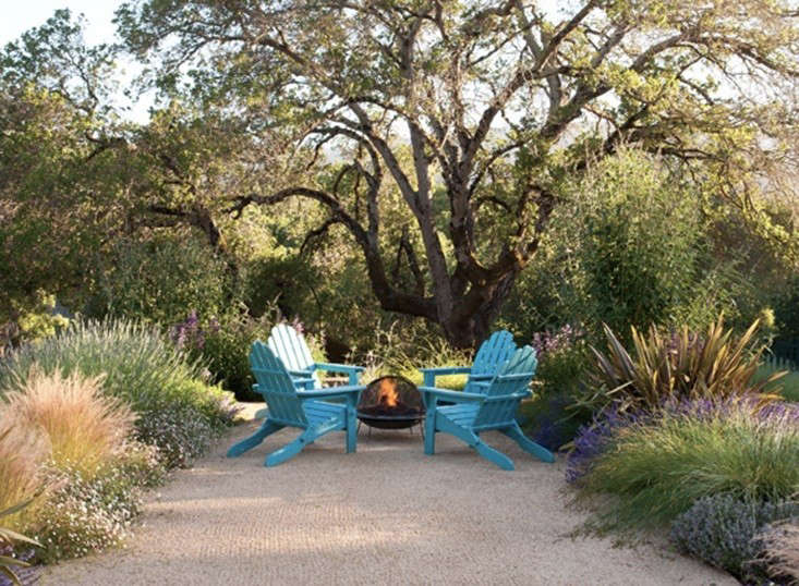 Low cost luxury 9 ways to use decomposed granite in a landscape decomposed granite patio fire pit gardenista solutioingenieria Gallery