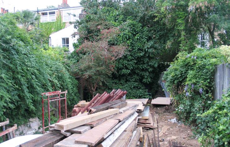 在后院的后院,一个废弃的建筑,从后院开始,发现了一个小女孩,从屋顶上摔下来,然后从栅栏上摔下来。