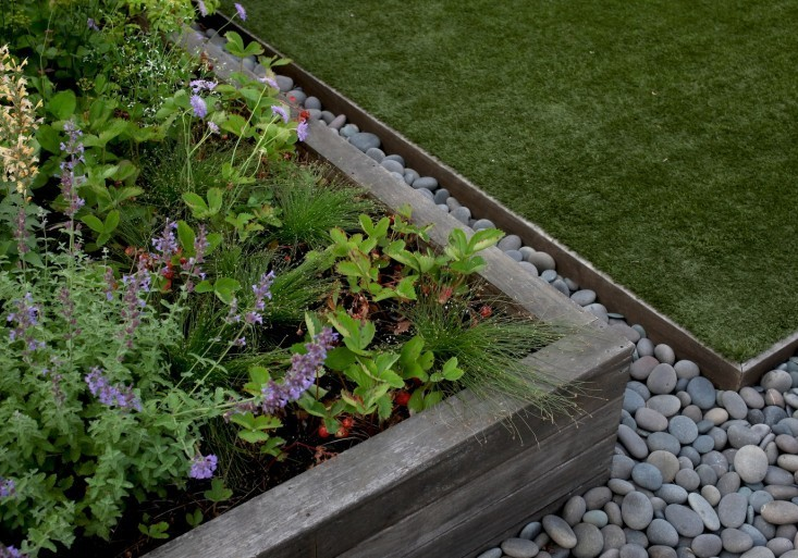 In Brooklyn, garden designer Julie Farris uses metal landscape edging and  river rocks to border - Hardscaping 101: Metal Landscape Edging