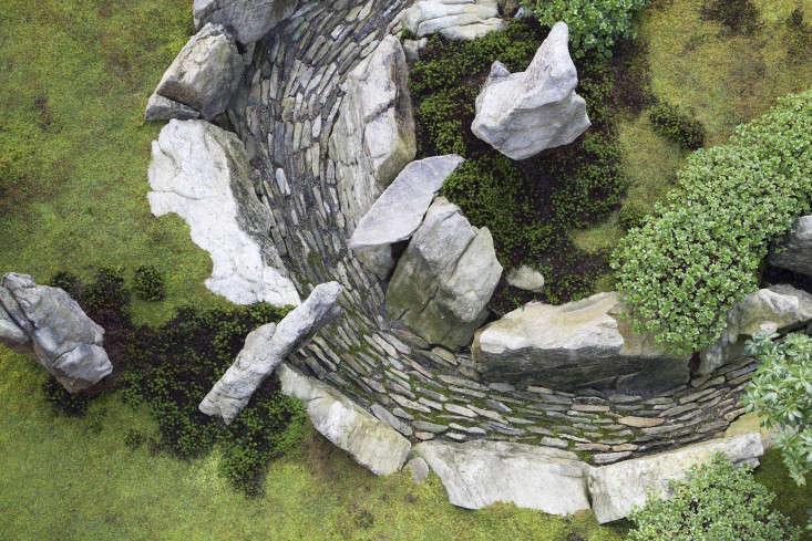 Designer visit a gray and green garden at tiger glen for Grey stones for landscaping