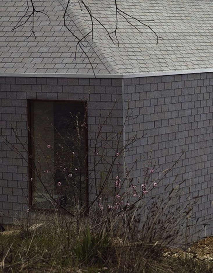 Hardscaping 101 asphalt roof shingles gardenista - Put bitumen shingles roof cover ...