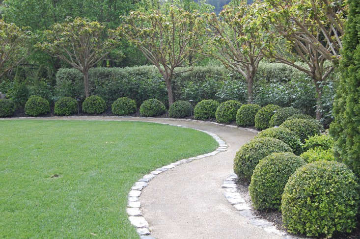 Hardscaping 101 decomposed granite gardenista - Garden pathway design ideas with some natural stones trails ...