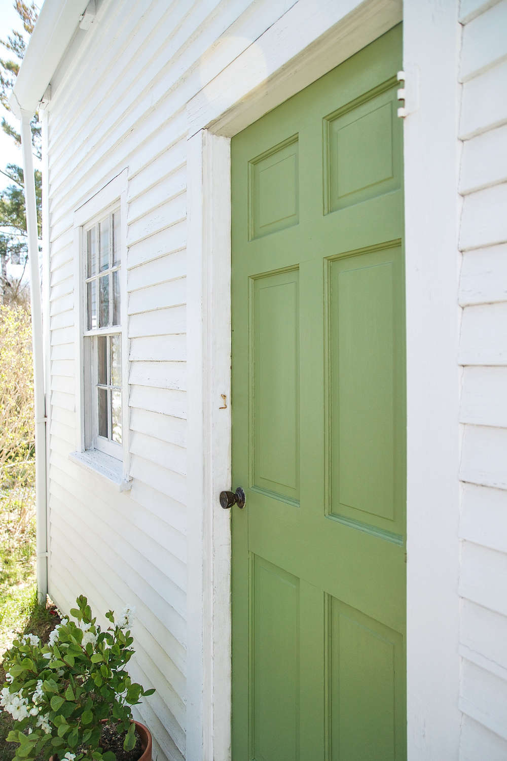 A Spring Green Door On Cape Cod With Farrow Ball Paint Gardenista