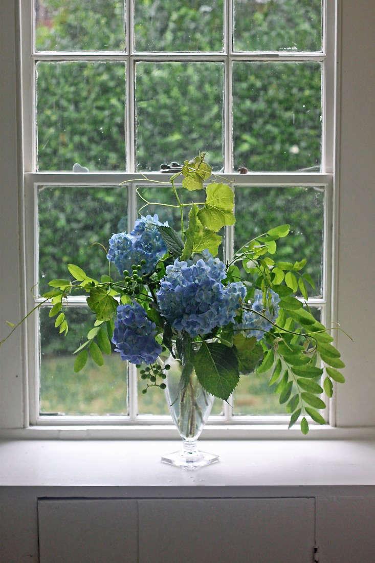 hydrangea-bouquet-grape-vine-locust-windowsill-gardenista