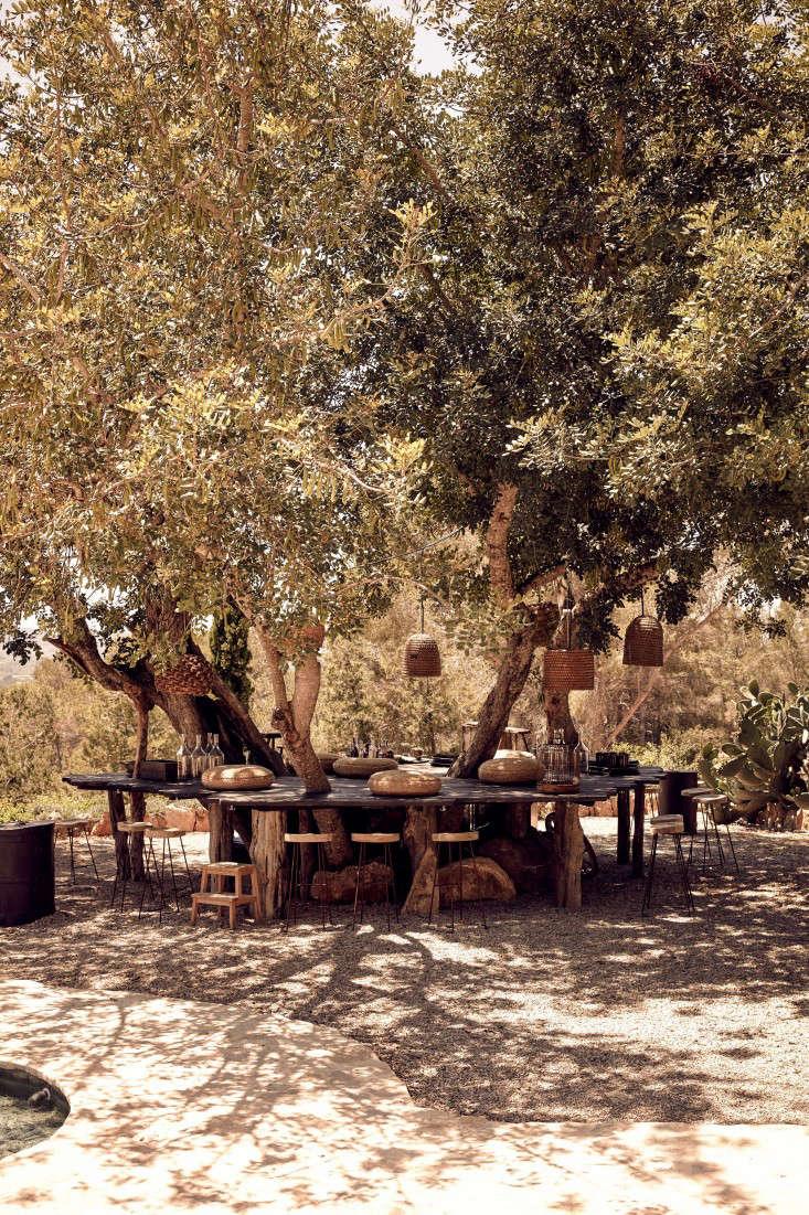 hotel-La-Granja-ibiza-outdoor-dining-treesl-gardenista