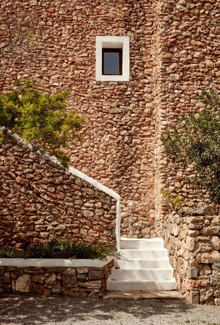 hotel-La-Granja-ibiza-stone-facade-stairway-gardenista