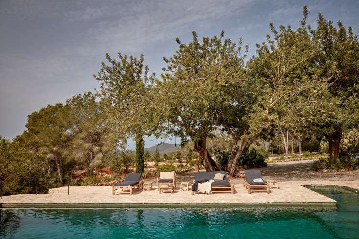 hotel-La-Granja-ibiza-swimming-pool-chaise-loungers-gardenista