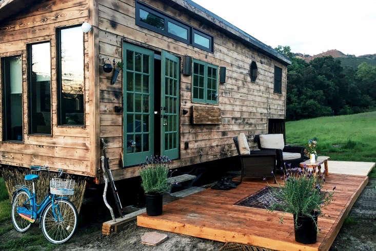 tiny-house-exterior-gardenista-e1471219294250 (1)