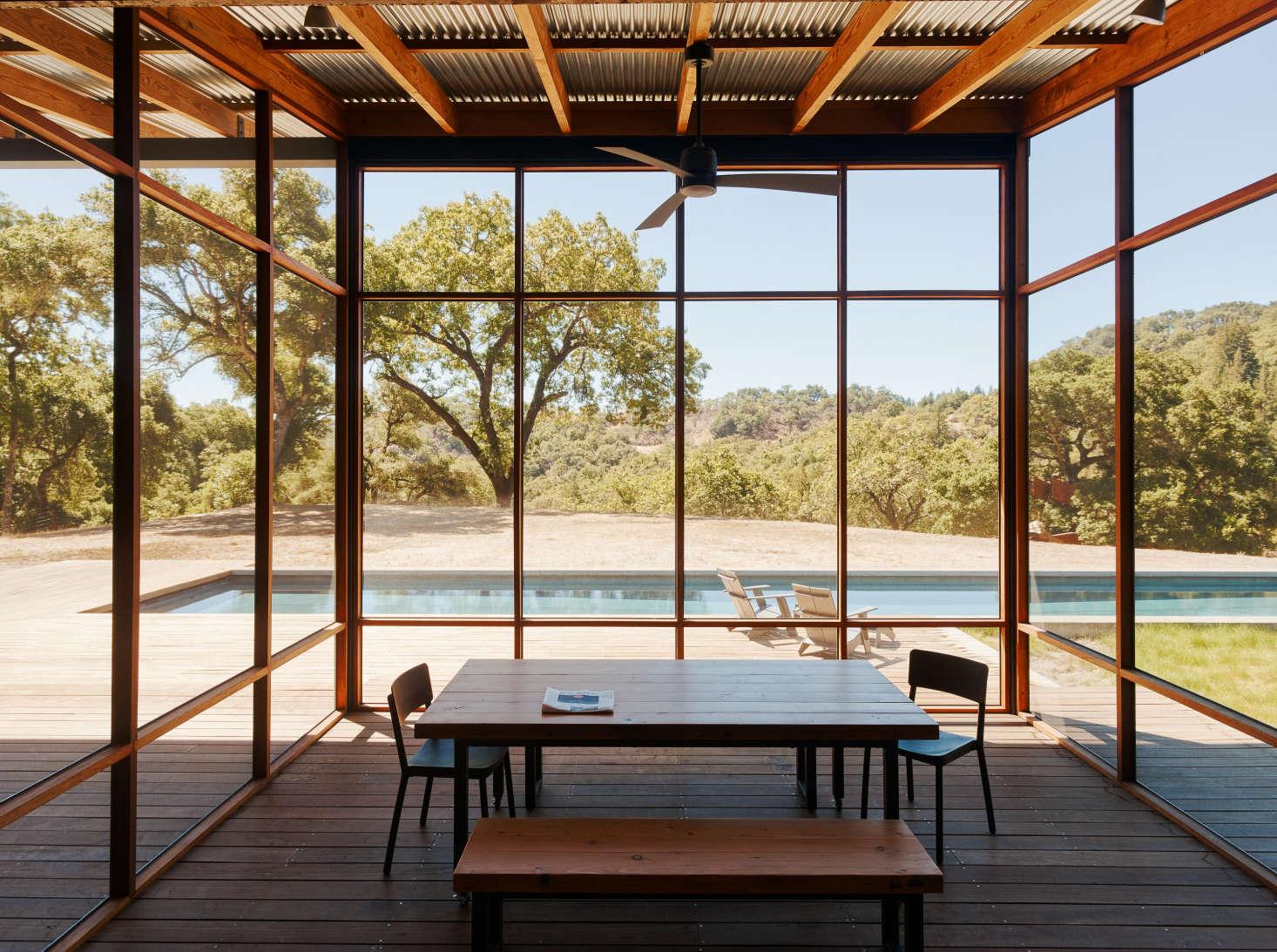 """一个像是马尔科姆·戴维斯的车在路边的屋顶上。所有的纽扣和天花板都是在设计,但,用木头的模型,是在设计木板的。根据马歇尔·马歇尔的设计,因为他们是个来自公园的酒吧,一个来自泳池的消防员,""""温暖的家庭""""。"""