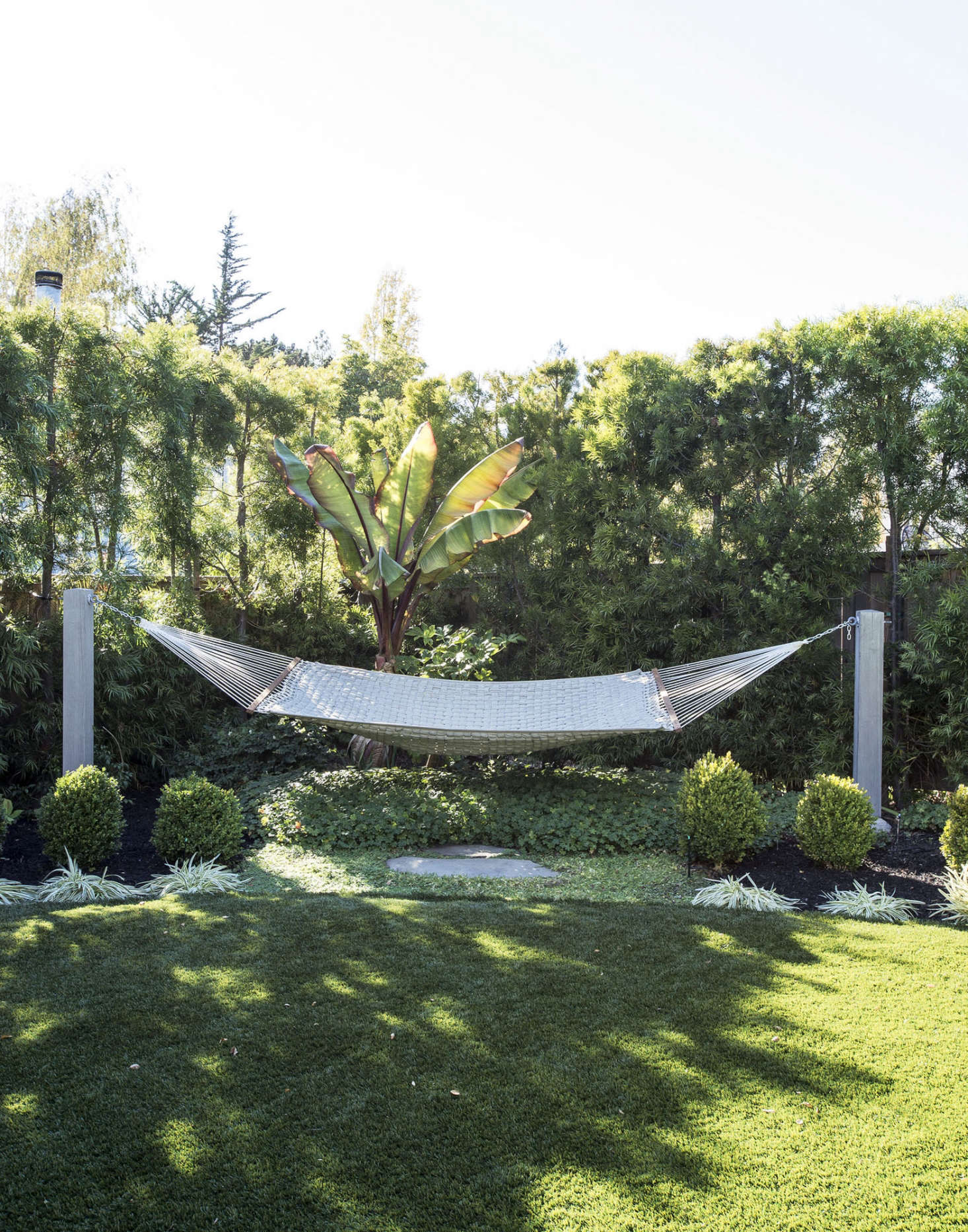 10 ideas to steal from suburban gardens gardenista for Garden design mill valley