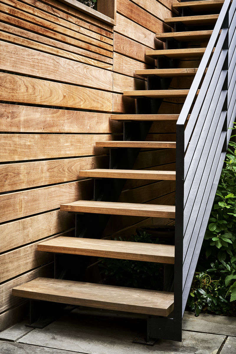 The ipestairway and fencein detail. The fence provides privacy, while thinner strips of wood at the top still allow for air flow.