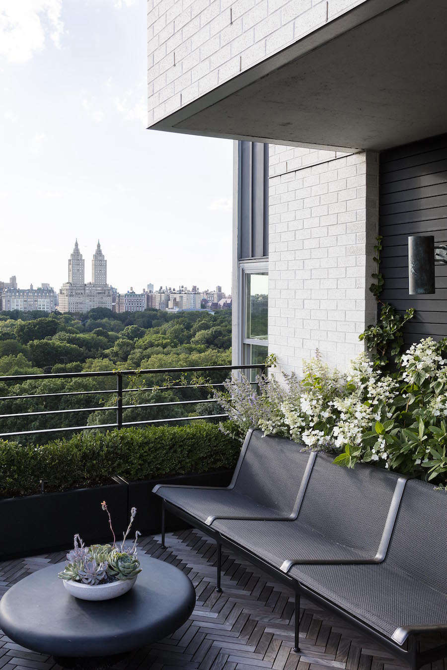 To maintain a clean, uncluttered look on the terrace, Harrison Green and Egan selected Richard Schultz classic aluminum seating designed in the 60s. Not only is it comfortable but it is lightweight and stands up to New York City weather extremes.