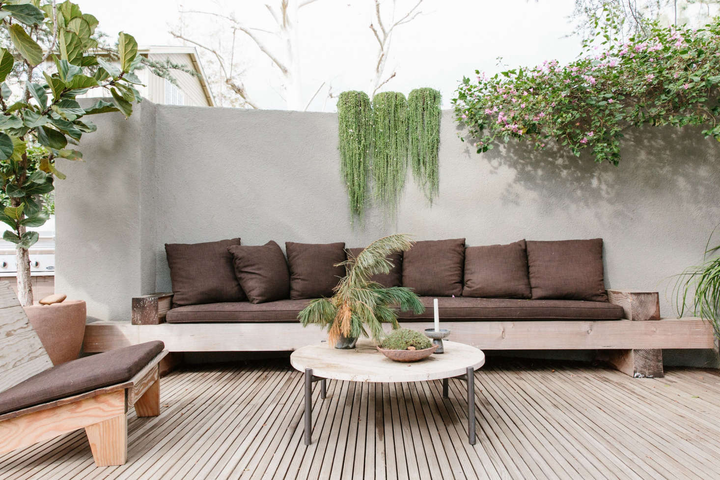 shamshiri employed neutral tones throughout her los angeles patio resulting in a calm unified oasis - Build A Patio