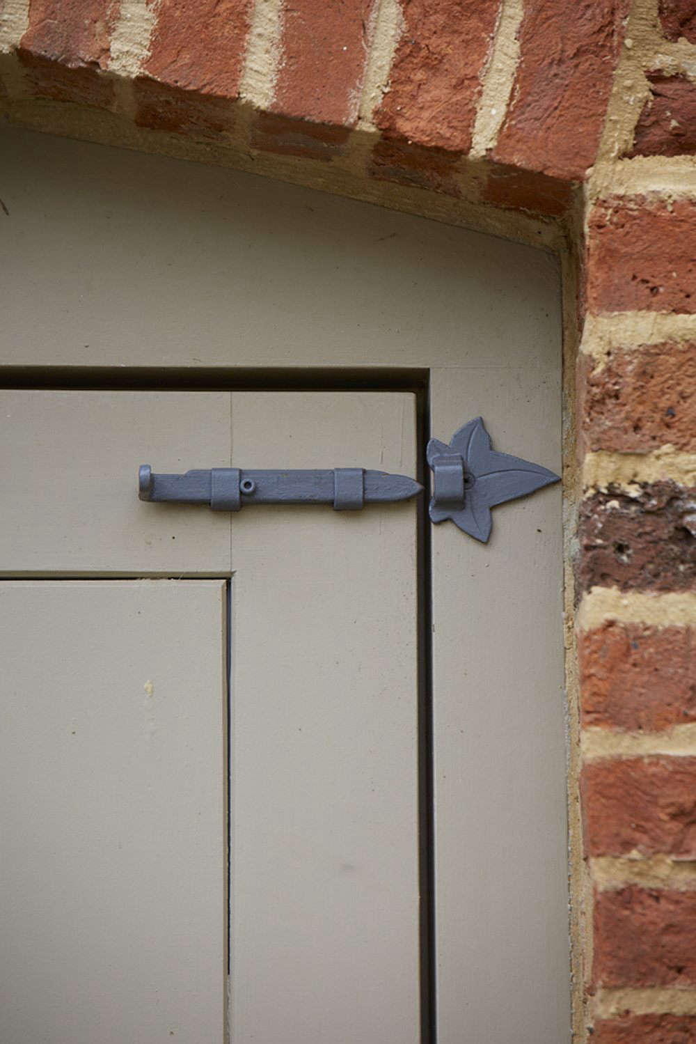 Ivy-leafed hardware is a leitmotif around the outbuildings.
