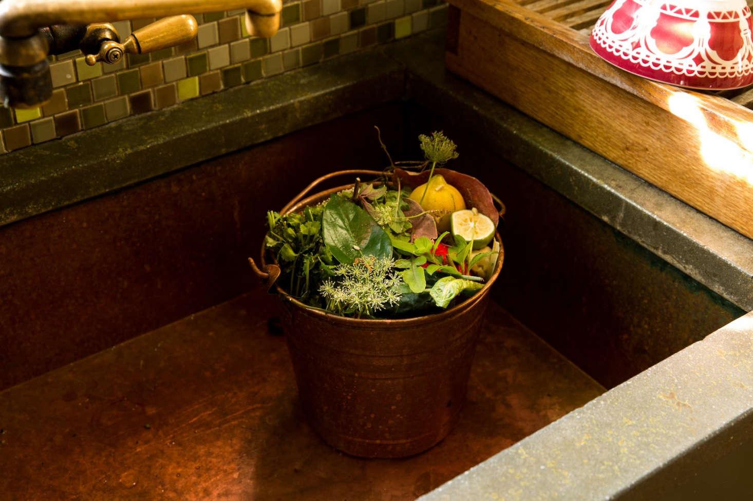 蒂姆·沃尔多夫在厨房里,她的钱包在加州,在她的房间里。在丹尼尔·伯克的照片里,在《爱丽丝》,还有一个叫西蒙·弗雷斯·帕克的照片。
