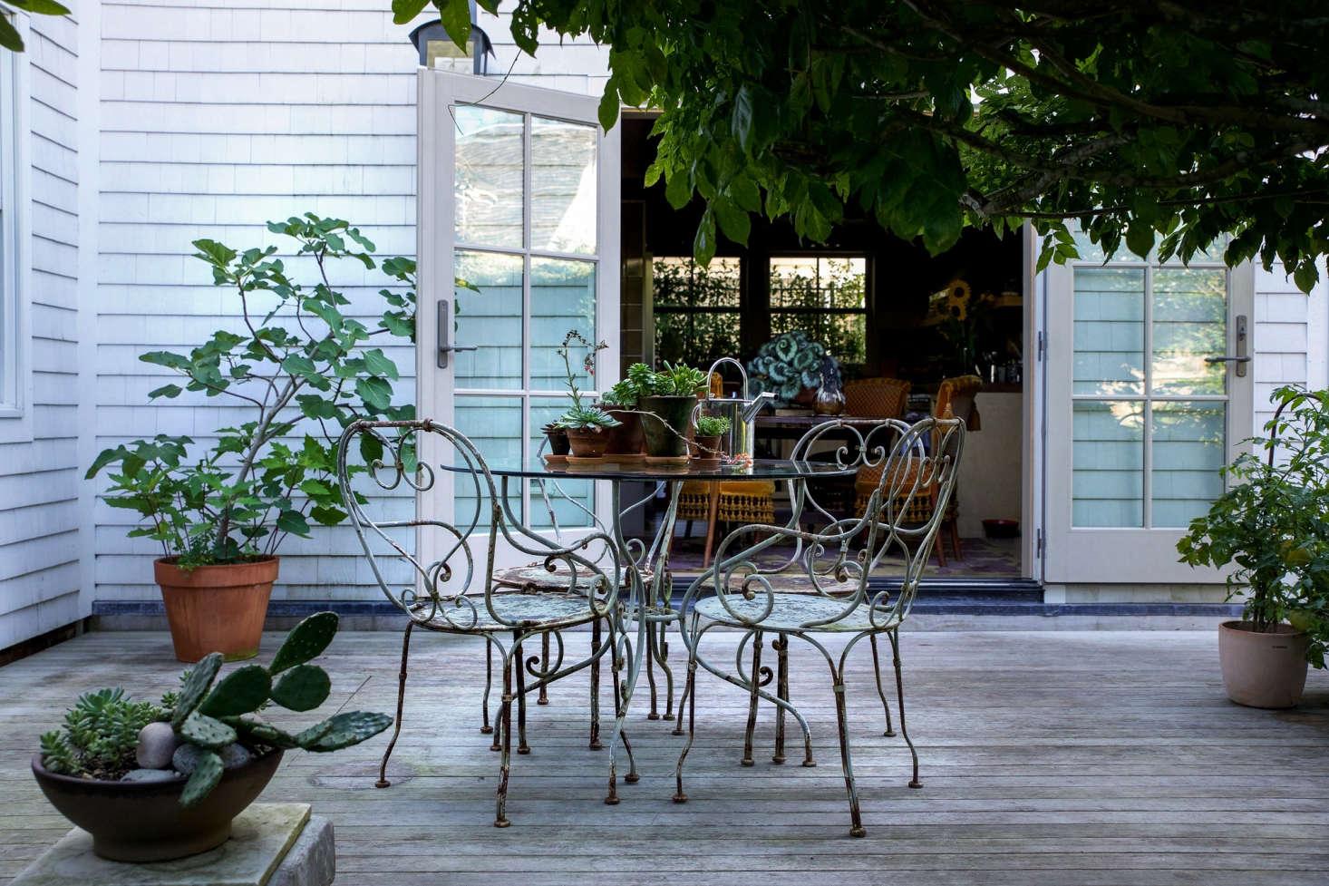 """就像后院,后院的院子,外面的厨房和后院的地方在人行道上行走。""""我们都在敞开心扉"""",这句话是,""""让她知道""""的原因。"""