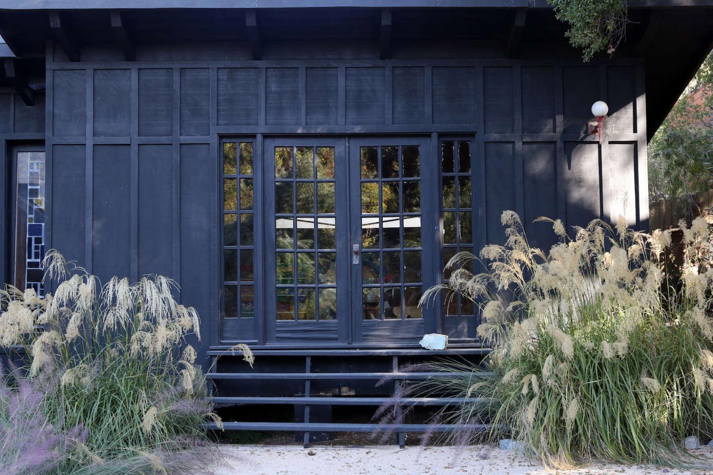 两条黑色的黑色楼梯,在楼梯上,有一条路,然后离开了门。