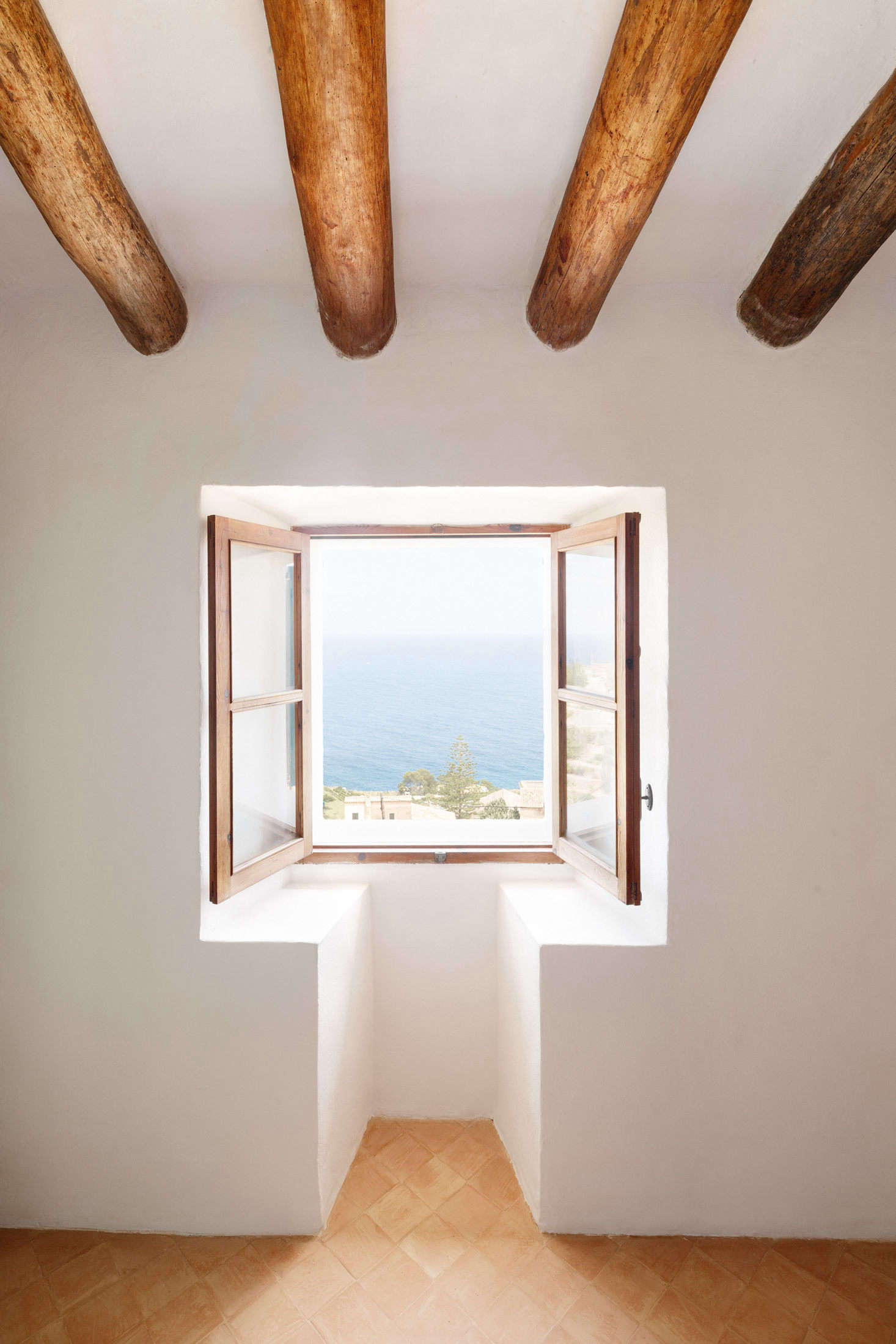The windows in the front of the house have unobstructed views of the Balearic Sea (and are often left open to let in the ocean air). The architects also installed windows in the back of the house, for catching cross-breezes.