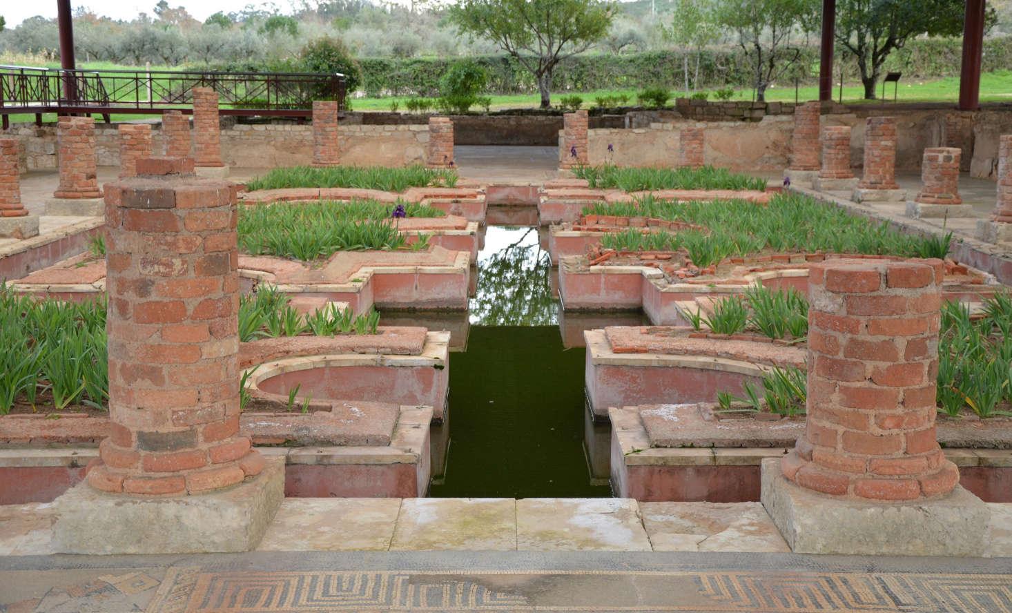 罗马教堂发现了花园花园的花园广场的圆形建筑。来自卡弗·卡弗里的照片。