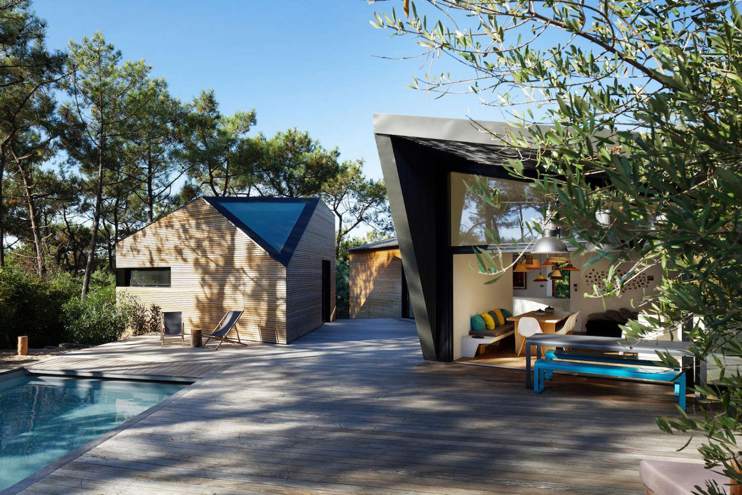 在附近的地方住在一起,住在一个大的玻璃上,被绑在天花板上,用黑色的床垫。这间游泳池有一扇高泳池的泳池。