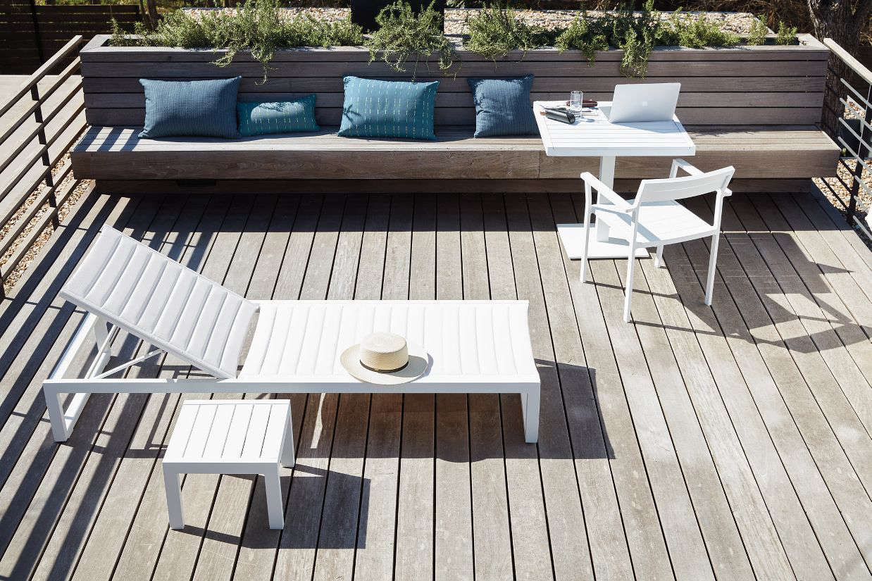 10 Easy Pieces: Modern White Outdoor Chaise Lounges - Gardenista