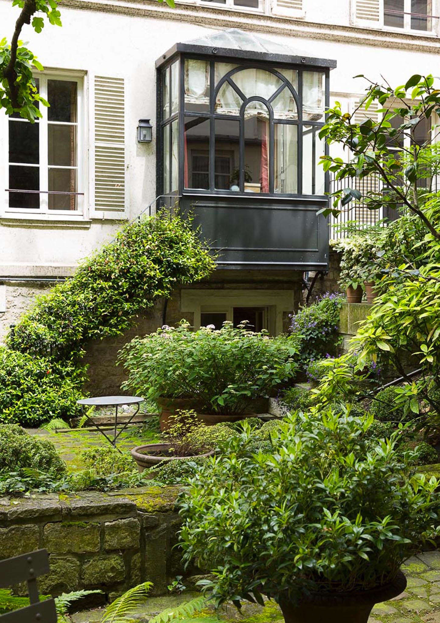 A sitting room overlooks the garden and is connected by an iron staircase to the courtyard. The apartment has exclusive use of the garden (but does not own it).