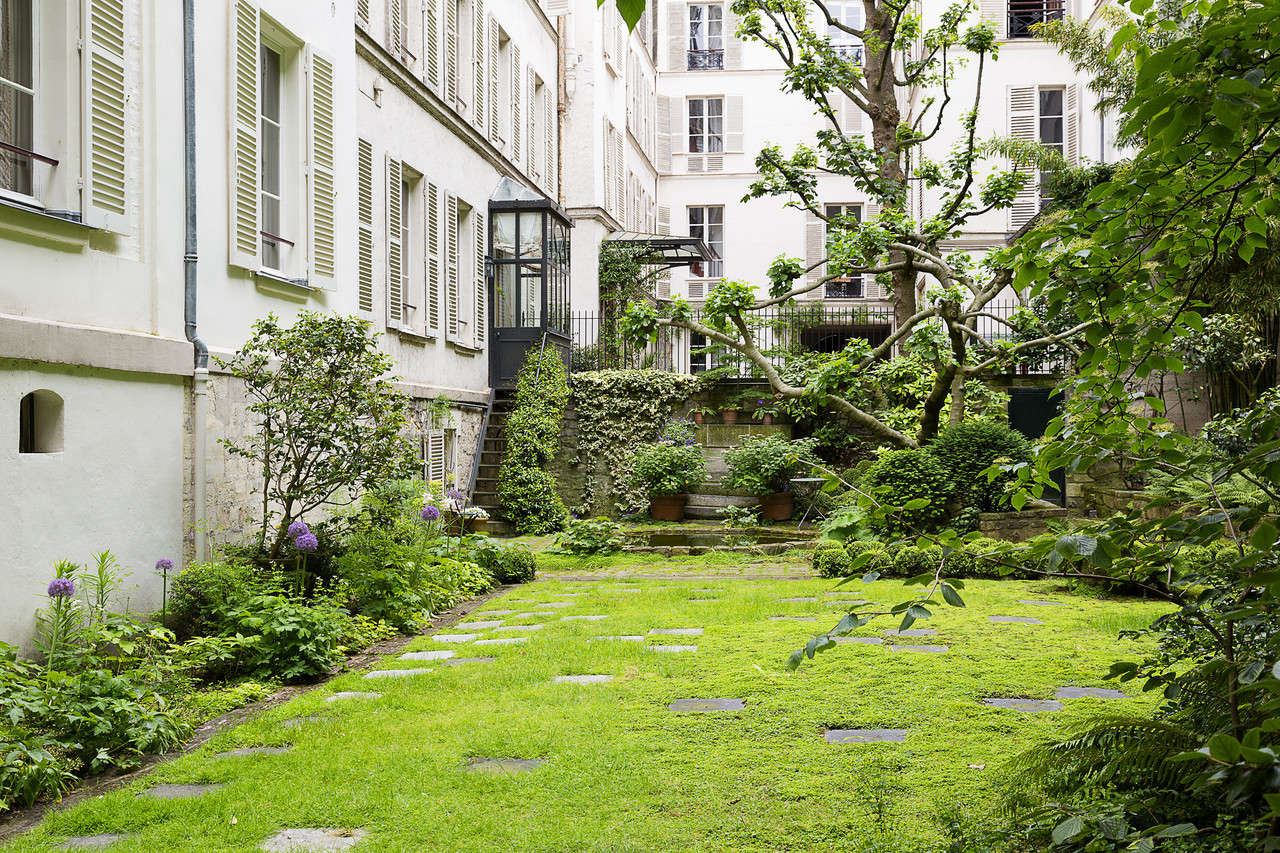 When the Pillsbury bought the apartment, the garden was paved with gravel. Today a rectangular lawn act like a rug, to create an outdoor living room.