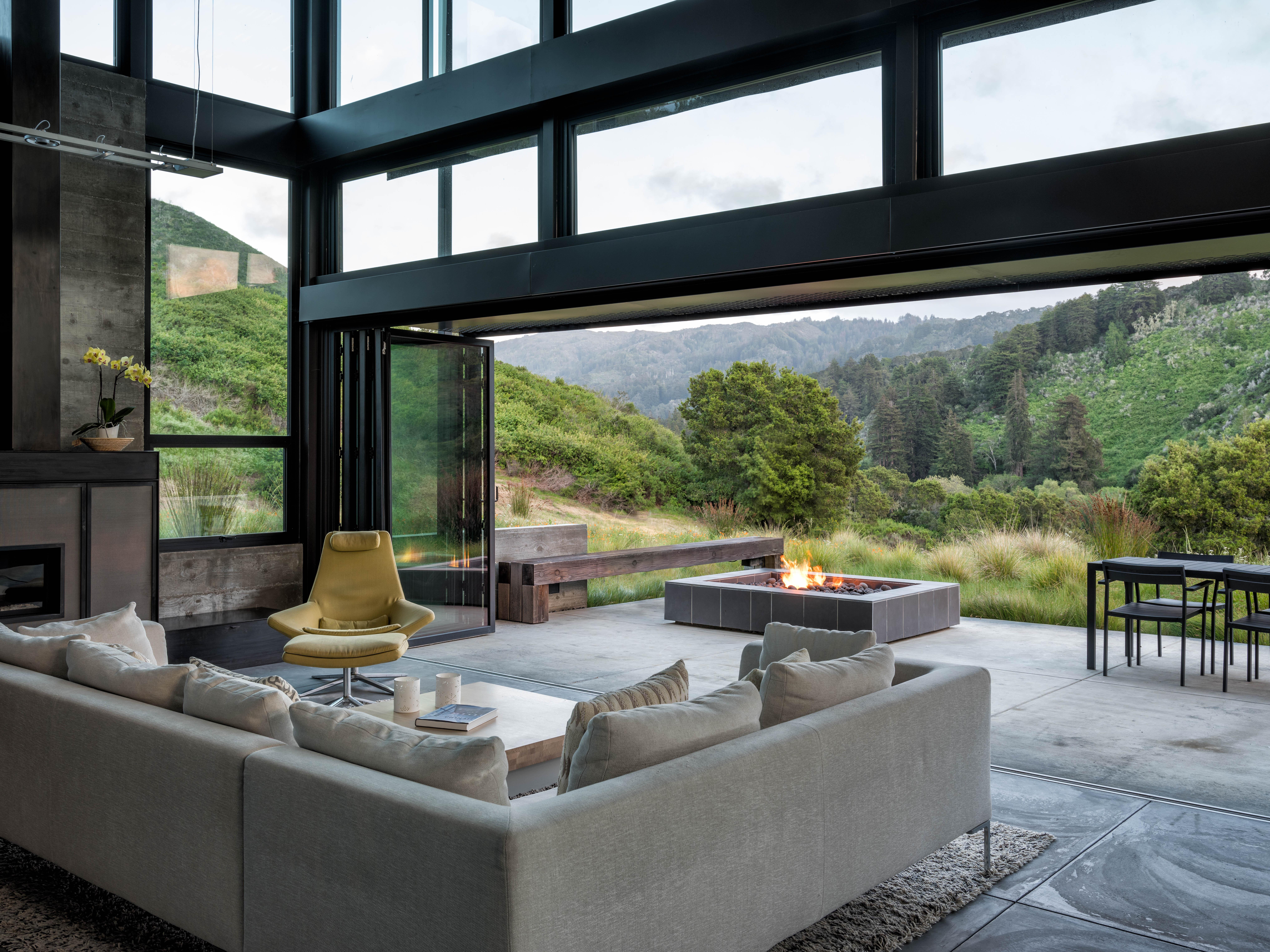 """在阳台上,壁炉和室外游泳池,在室外恒温游泳池。在露台上,沙拉在一片红片里,有一种混合的颜色。在西雅图的水上旅行:""""探索"""",一份研究,设计和园艺。"""