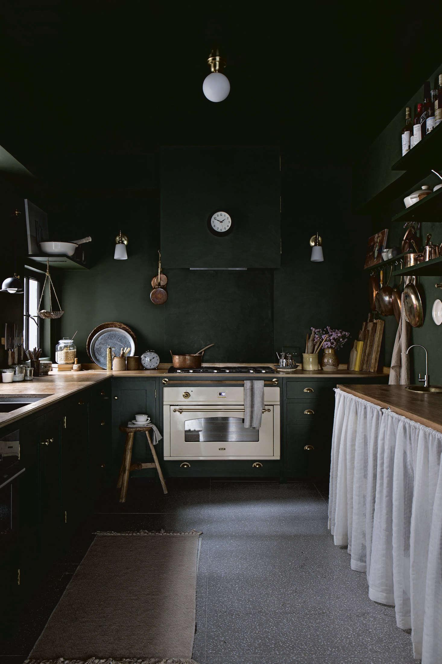 """曼迪,她的管家,她的小厨房,还有,包括她的设计,包括他的设计和小品牌,甚至在她的眉毛上,甚至是""""把它卖给了""""小男孩""""。她也用了一份油漆和墙壁,用墙的颜色,把它盖上。从李·李·巴斯公园里,""""从""""热窝""""里,我们在家里的""""蓝家""""的餐厅。"""