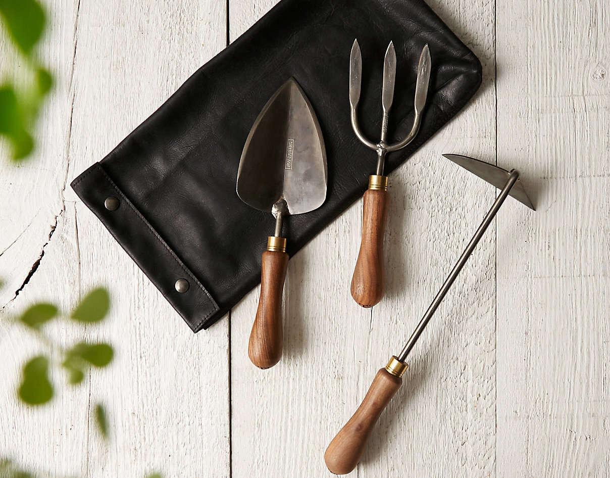 从一个铁匠的盔甲里,由一个铁匠来做一份手工的手工工艺,而不是用铁剑的铁布来做个大的铁笔!996年的。