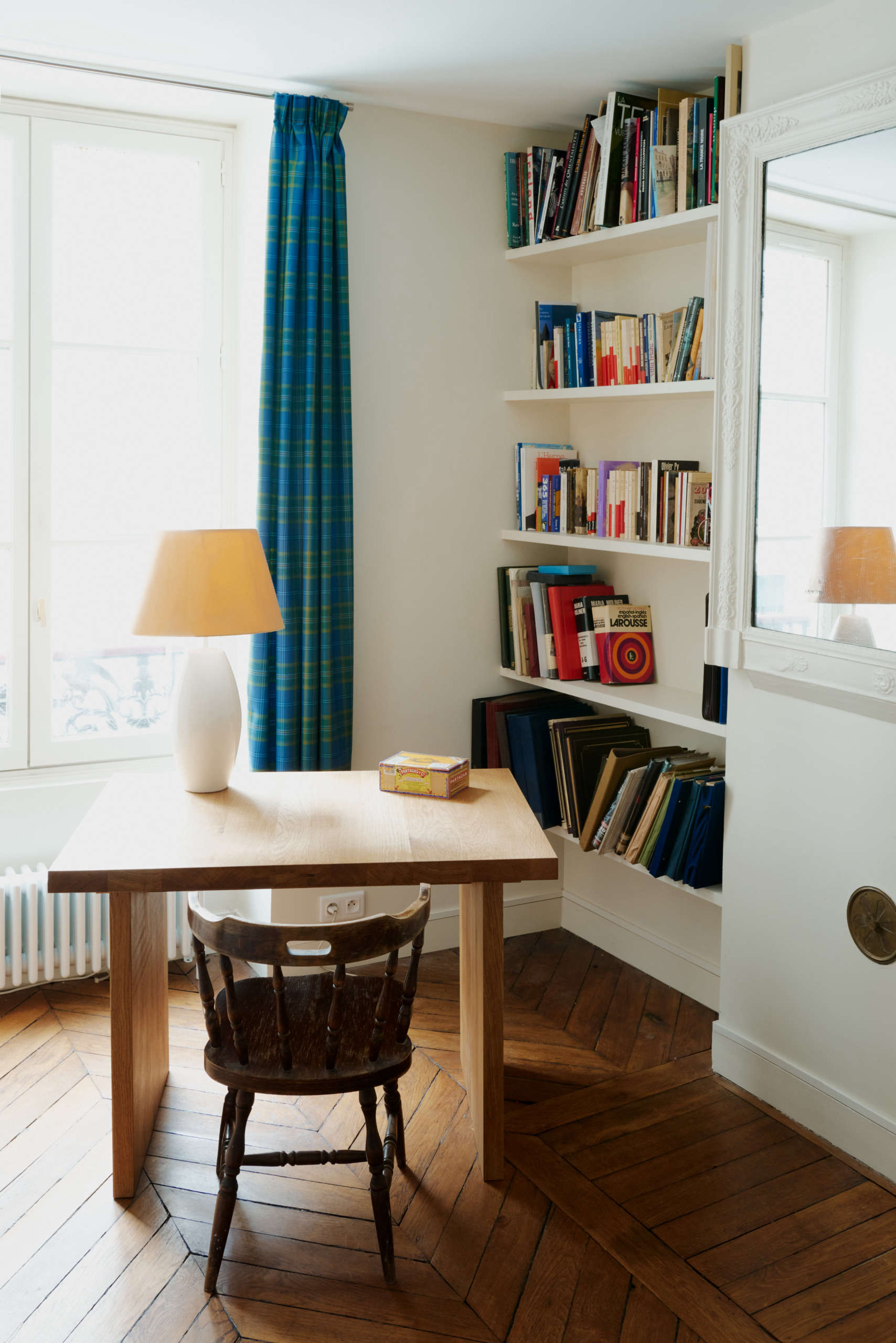 一间别致的法式房间的关键是什么?没有完美,没有严格。相反,把桌子放在一个角度上,让书倾斜到任何方向,就像在这个角落里的巴黎公寓在之前/之后:秩序和模式在一个充满活力的巴黎公寓改造由两位年轻的建筑师。Marvin Leuvrey和Charlotte Robin拍摄,由Studio Classico提供。